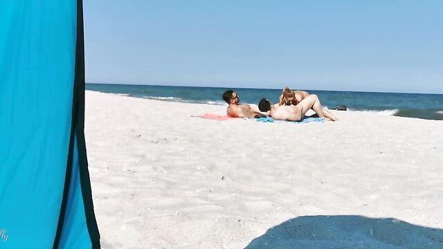 два парня устроили парнуху на пляже