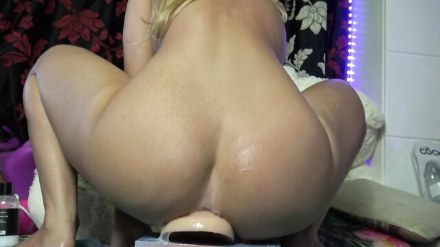 блондинка села очком на длинный силиконовый член