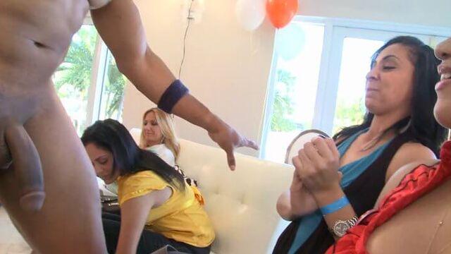 Девишник: пьяные девченки танцуют, мальчики их прут!