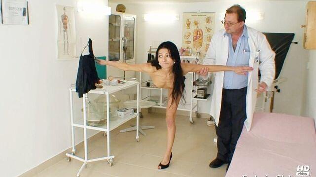 брюнетка на приеме у гинеколога