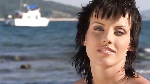 Порно звезды устроили оргию на пляже