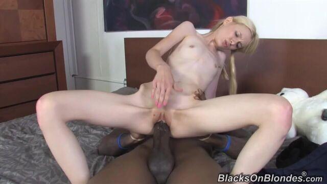 Огромный толстый длинный черный член в худющей блондинке