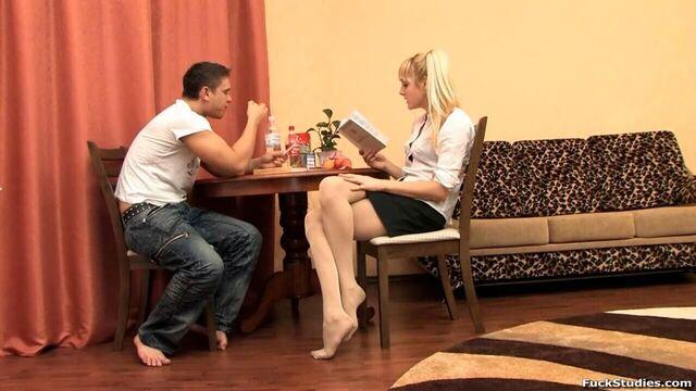 русская блондинка учит английский