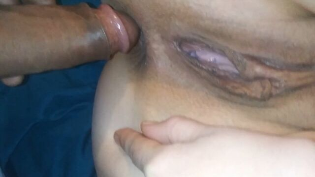 толстый член больно проникает в анал