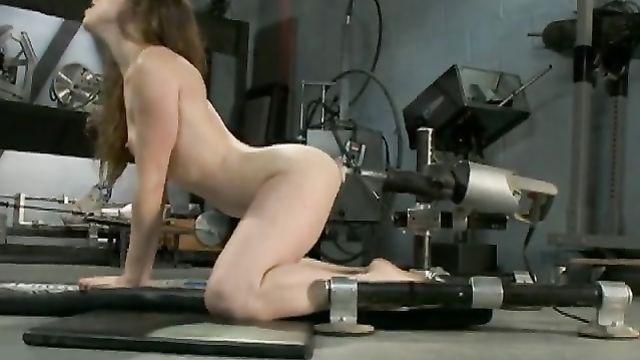 Молоденькая трахнута секс машиной в анал