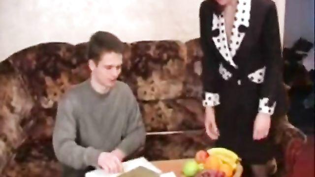 Зрелая мамаша и молодой парень часть 1