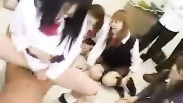 Азиатские студентки пробуют сперму на вкус