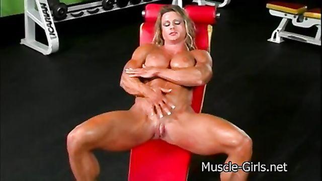 Перекаченная бодибилдерша мастурбирует