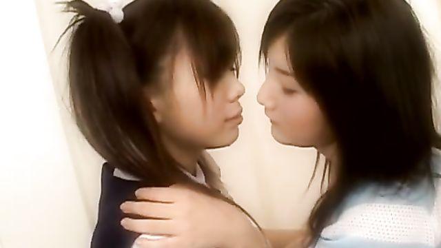 Мастурбирующие японские студентки лесбиянки