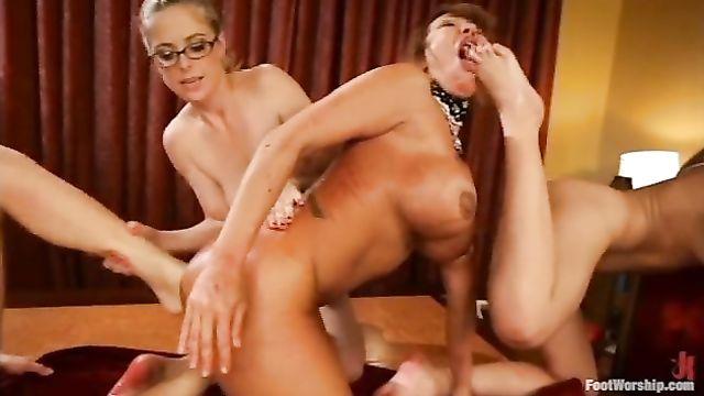 Нога в анале это жесть! Большая подборка порно видео роликов!