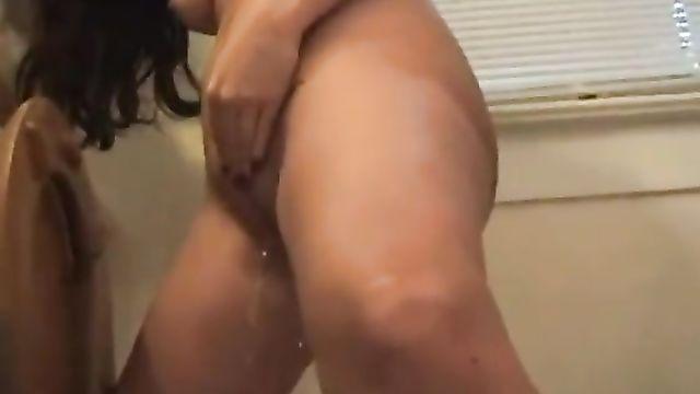 Сучка Кейси Кокс мастурбирует и пьет свою мочу