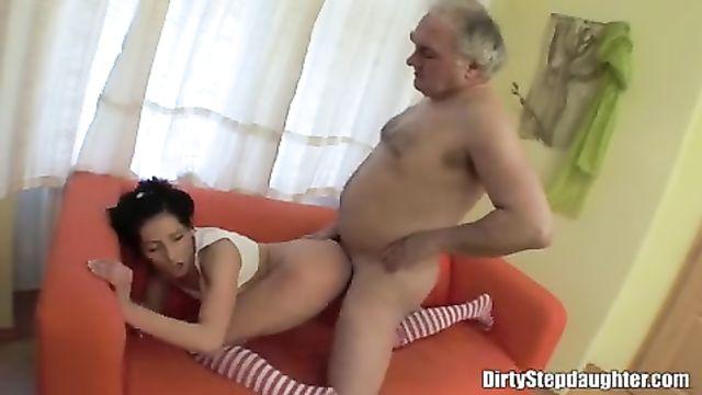 Старый дядя трахнул молодую племяшку