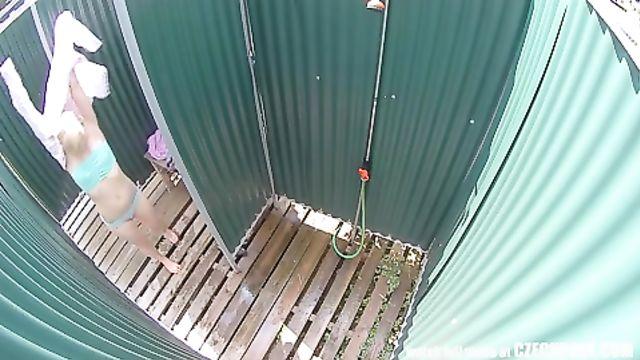 Скрытая камера в чешской пляжной душевой кабинке