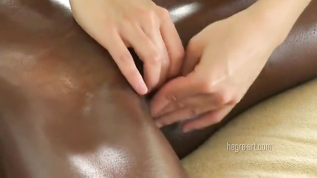 Порно массаж для длинноногой шоколадки