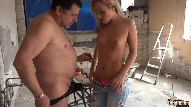 HD порно: Зрелый толстый мужик пердолит молоденькую