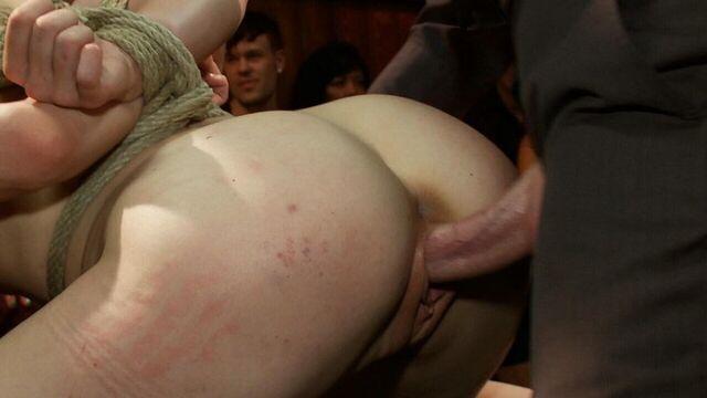 Публичное садо мазо БДСМ порно с худой гибкой блондинкой