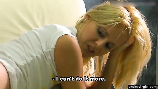 Блондинка Alberta мастурбирует девственную целочку