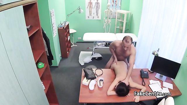 Секс с брюнеткой на приеме у гинеколога