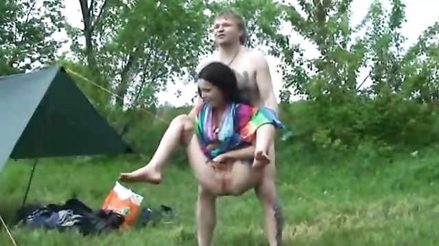 Русские пары проводят время вместе в походе