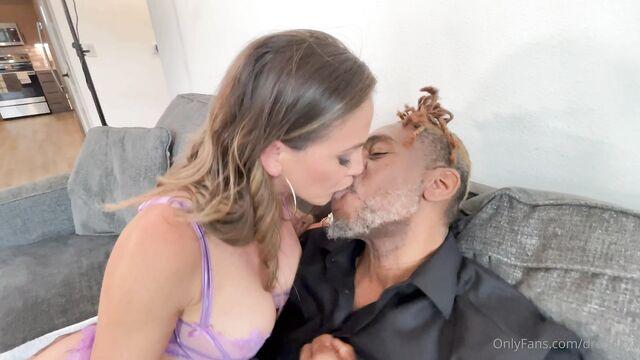 Горячий сквирт во время жесткого анального секса с брюнеткой
