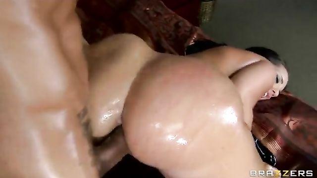 Brazzers видео: Красивая попка трахнута в анал