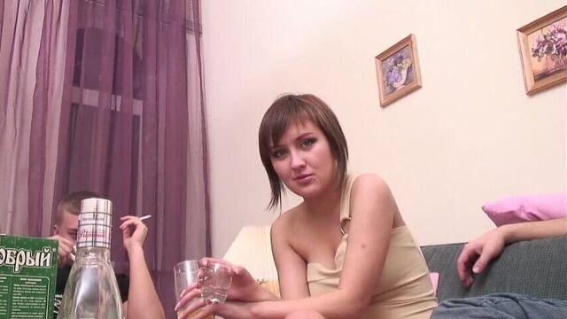 Русское порно: Напоили девушку и соблазнили на секс