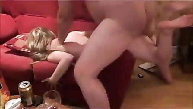 Толстый муж жестко вошел жене в анал на диване