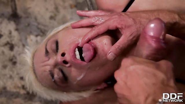 БДСМ: Жесткое порно во все щели с коротко стриженой блондинкой