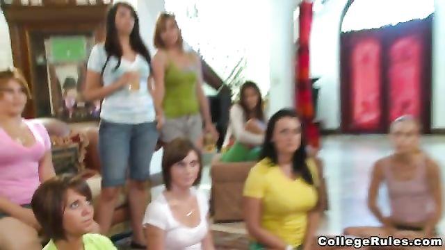 Большая толпа девушек терзает всей кучей одного парня