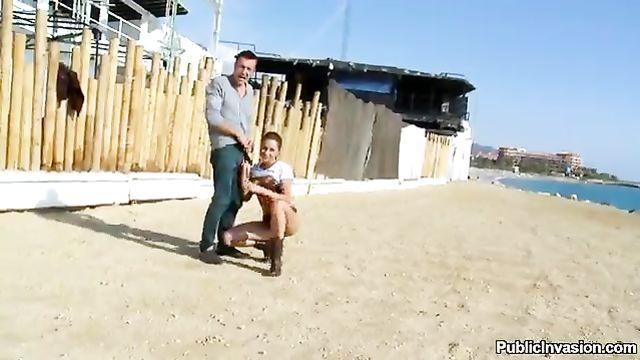 Публичное порно на пляже с русской красоткой Ириной Бруни