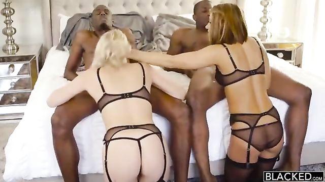 Групповое порно с двумя большими черными членами