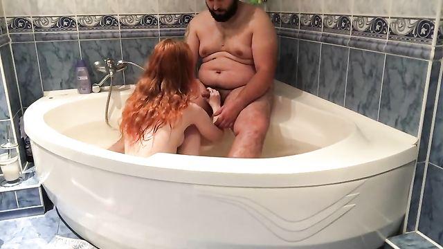 Толстый обеспеченный мужик натянул в джакузи рыжую
