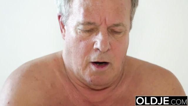 Секс молоденькой красотки с толстым седым стариком