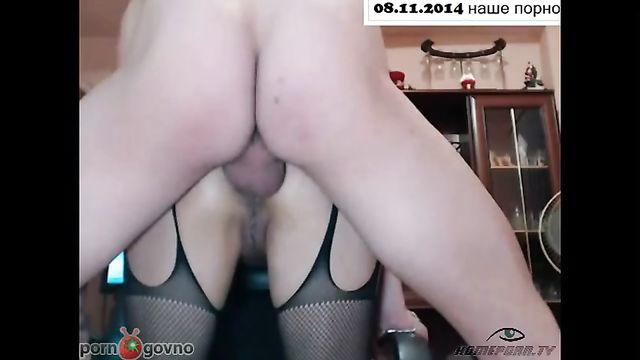Домашнее порно: Анальный секс русской пары в позе DoggyStyle