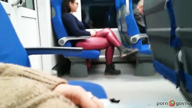 Девушка в метро не удержалась и присосалась...