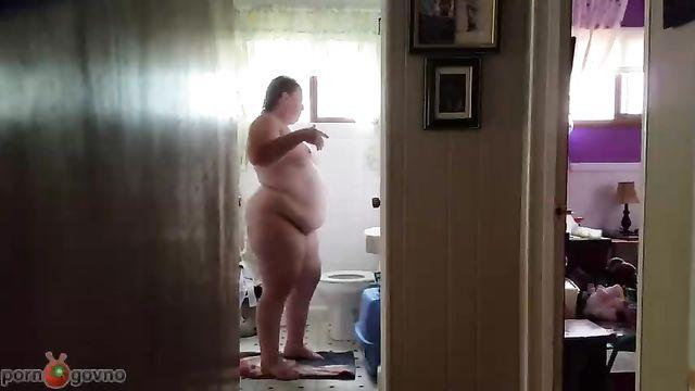 Скрытая камера зафиксировала толстушку на параше