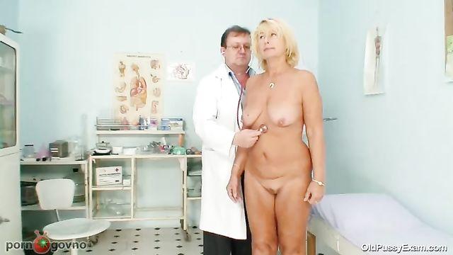 Врач гинеколог осматривает половые органы старушки