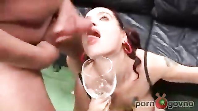 Рыжая выпила всю сперму после группового секса во все щели