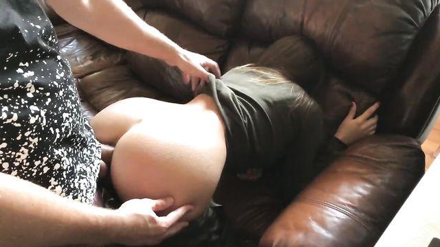 Анальный секс с любимой дома на мягком кожаном диване