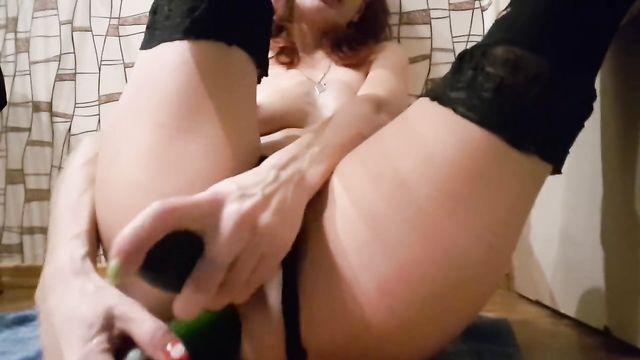 Русская стерва мастурбирует тугие дырочки двумя огурцами