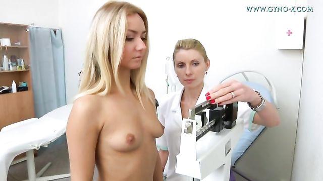 Молоденькая девушка Victoria на проверке у гинеколога