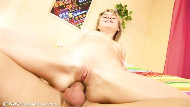 Жесткий анальный секс с худой русской девушкой блондинкой
