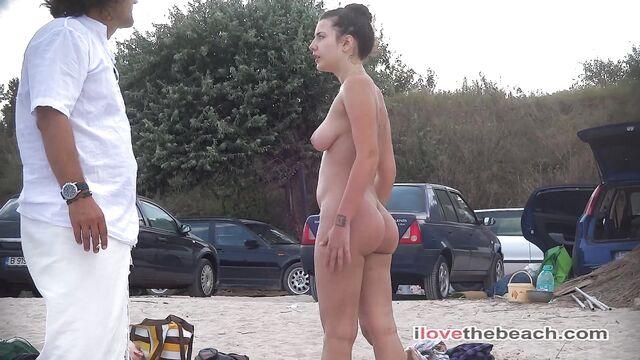 Настоящие голые нудисты загорают на нудистском пляже