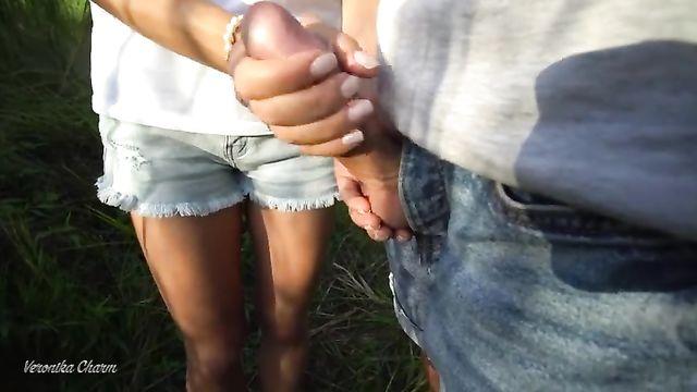 Девушка дрочит член незнакомца возле озера