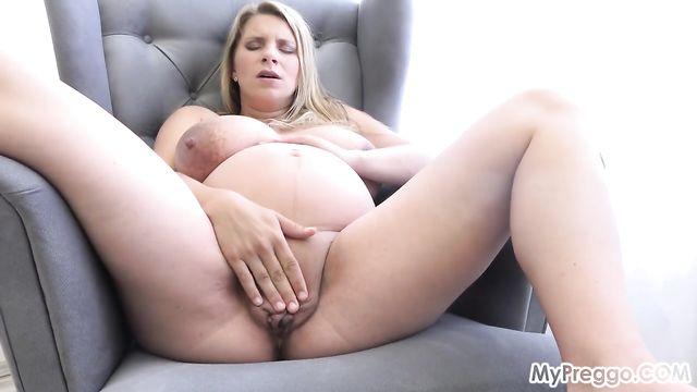 Молоденькая русская беременная мамаша мастурбирует