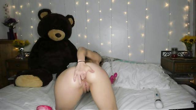 Кудрявая шлюшка получает секс удовольствие по максимуму