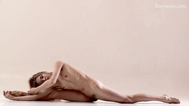Молоденькая русская Рита Мочалкина показывает гибкость своего тела