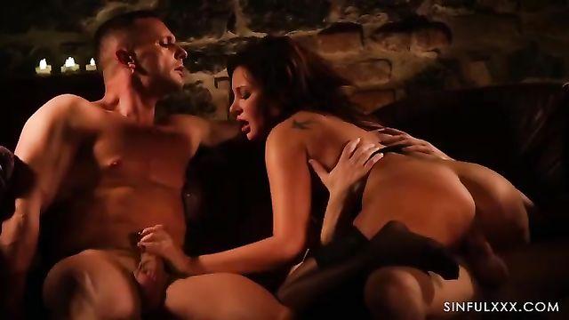 Порно фильмы: Сексуальная и она это знает (2019) на русском языке!