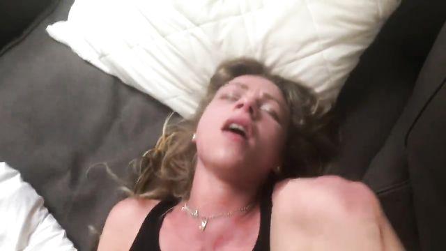 Мощный анальный оргазм пронзил все тело молодой блондинки