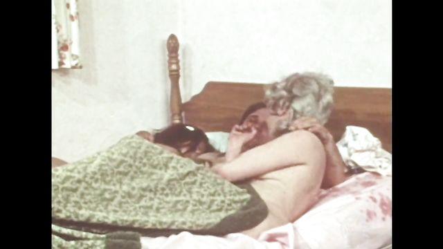 Муж на пару с женой трахает во все щели соседку